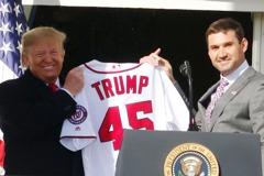 MLB/川普白宮接見國民隊 獲贈45號球衣
