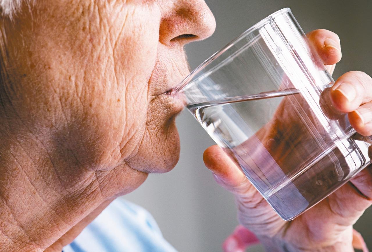早晨不刷牙就喝水 會喝進一堆細菌傷腸胃?