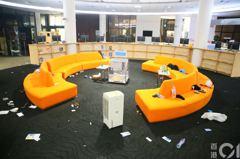 理大校內圖書館滿目瘡痍 警用大光燈掃射阻逃走