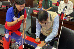 認同顧國家主權在國旗簽名 國民黨議員替黃偉哲打99分