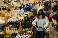 遠東巨城購物中心、新竹SOGO週年慶 人潮蜂擁擠爆採買