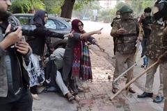影/肉身擋惡警圍毆學生 印度穆斯林女子成示威象徵
