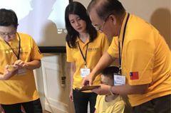 15歲緬甸少年終於可單手拿筆 新光醫全額資助治鴨掌手