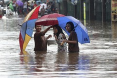 印尼雅加達跨年夜暴雨引發洪災 至少9人喪命