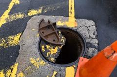 基隆下水道人孔蓋裂兩半 路中一個坑好危險