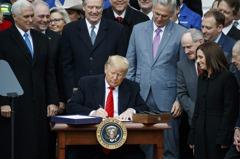 川普簽署美墨加貿易協定 「結束NAFTA噩夢」