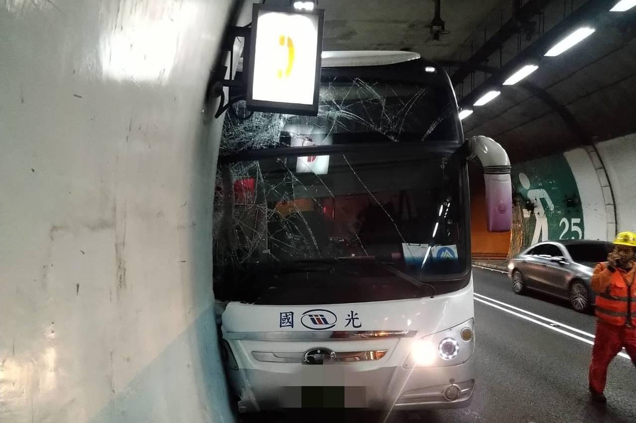 影/疑駕駛身體不適 國光客運雪隧撞避車道客5乘客輕傷