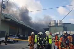 桃園八德鐵皮工廠竄出濃煙 延燒3間搶救中