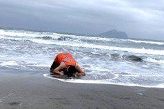 模仿「愛的迫降」不成擱淺沙灘 哈孝遠成被浪拍打的鯨魚