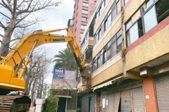 屋傾頹… 北市大度路海砂屋強制拆除