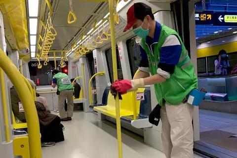 環狀線列車進站 女大生親見防疫這一幕覺得超暖:我愛台灣!