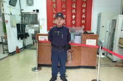 影/70歲老翁凌晨路倒無心跳 新店暖警CPR鬼門關前拉回