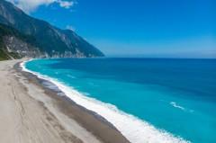 不只有七星潭!花蓮「秘境海灘」眺望清水斷崖 無人海灣美翻