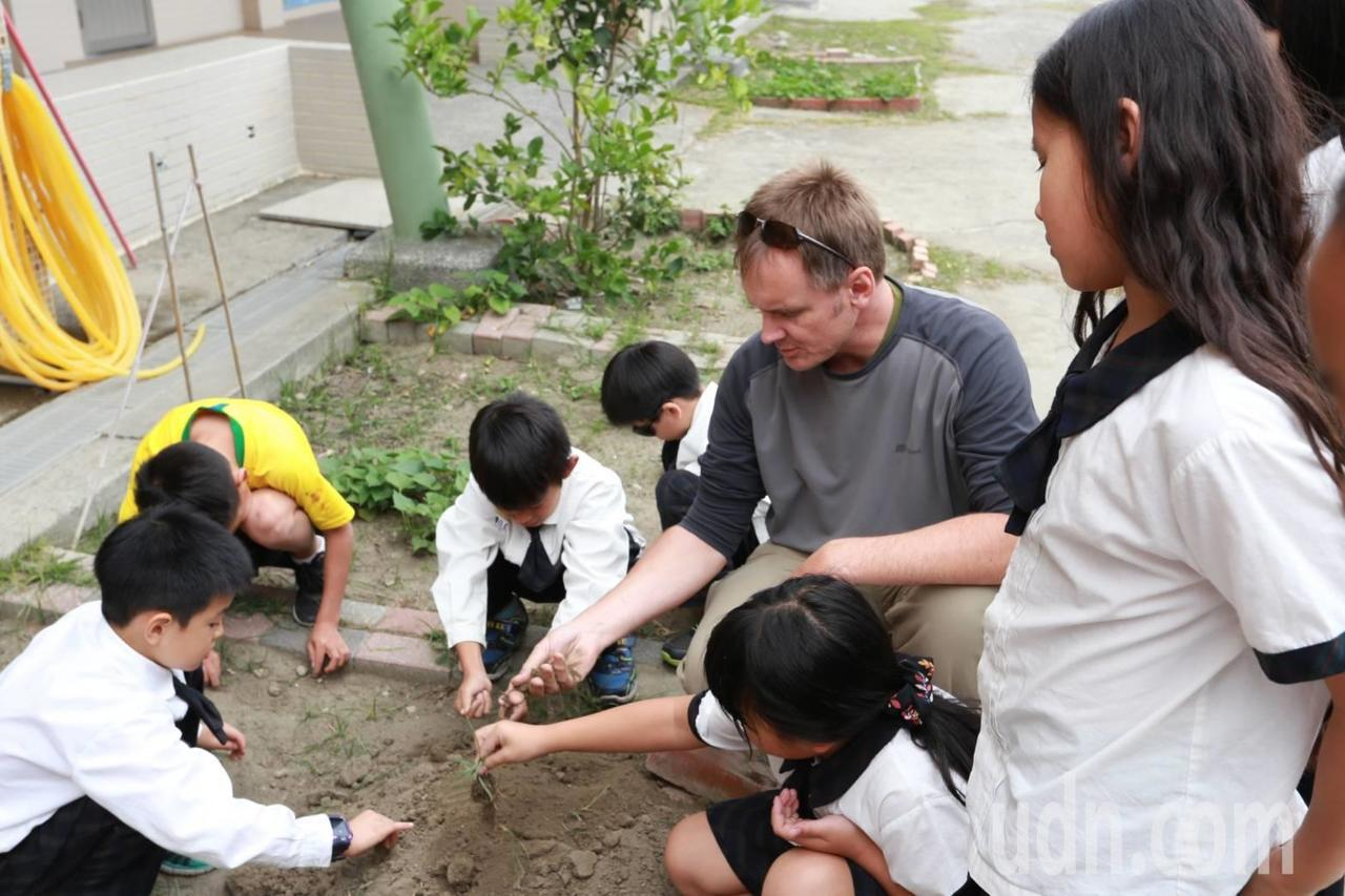 外師VS漁光學童 自製有機肥料初體驗