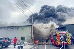 北投3座鐵皮屋工廠全面燃燒 消防拚命撲滅警方現場戒備