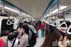 手機未普及時搭捷運都在幹嘛? 網友歸類出會做的3件事