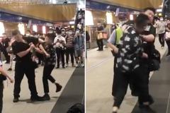 女沒戴口罩被勸離捷運站竟惱羞狂K保全 網超心疼:脾氣太好