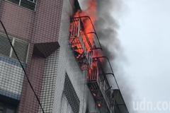 斗六影城後方大樓火警竄火勢 屋主抱92歲老母逃得快