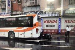影/大雨滂沱模糊視線 新莊女騎士載兒直直撞上前方公車