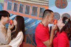 枋寮業者慶祝解封樂 找6對情侶示範「愛吻芒果」