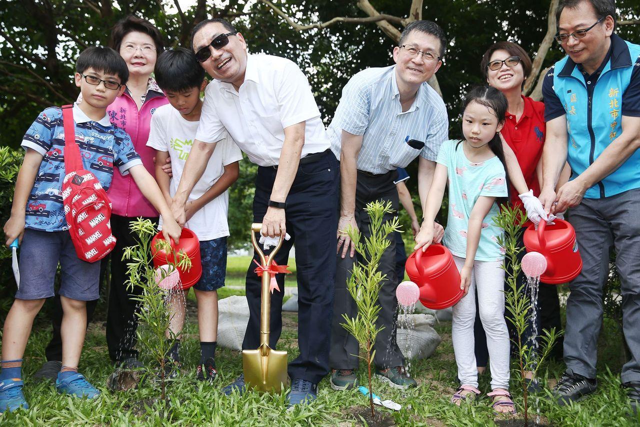 願景工程辦種樹嘉年華 侯友宜現身為未來種一棵樹