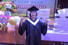 一圓大學夢 72歲黃林阿菊苦讀4年從台灣首府大學畢業