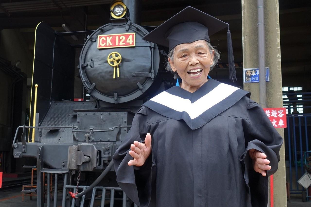 追火車懷舊!百歲小學堂長輩到扇形車庫拍畢業照