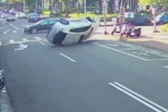 影/台中東區的「瘋狂路口」 休旅車撞車360度翻進停車格!