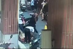 影/三峽警取締違規攤販遭碎酒瓶攻擊 一個Move神閃避