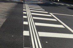 她過馬路驚見「三縱條紋」斑馬線 內行人解答:導盲用的
