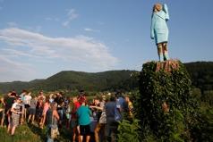 美國慶日當晚 梅蘭妮亞家鄉木雕像被火燒