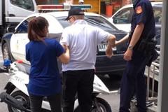 天熱險中暑…66歲男倒臥路邊 土城警耐心照顧幫擦藥