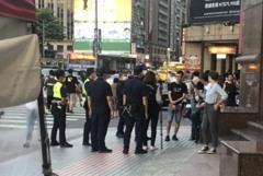 10餘名黑衣人北車旁大樓集結 警到場勸說20分鐘驅離