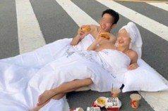 扯!大陸新人半裸裹床單 躺斑馬線上「拍婚紗」