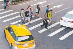 在台灣過馬路好難!行人怨要等車過 駕駛吐苦水:不是不讓