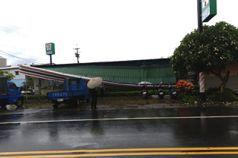 凌晨一陣驟雨 統一超商蒜頭門市長方形招牌突然塌陷