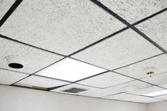天花板常「自動打開」怕是偷窺狂? 網曝真相:人上去會垮