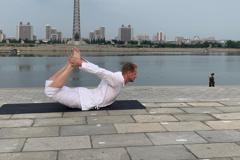 抗疫期間留守北韓 瑞典大使平壤地標前倒立練瑜伽