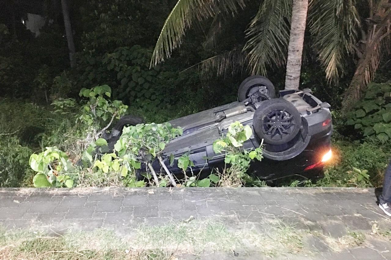 台東市臨海路2車撞 一輛四輪朝天翻落邊坡人無礙