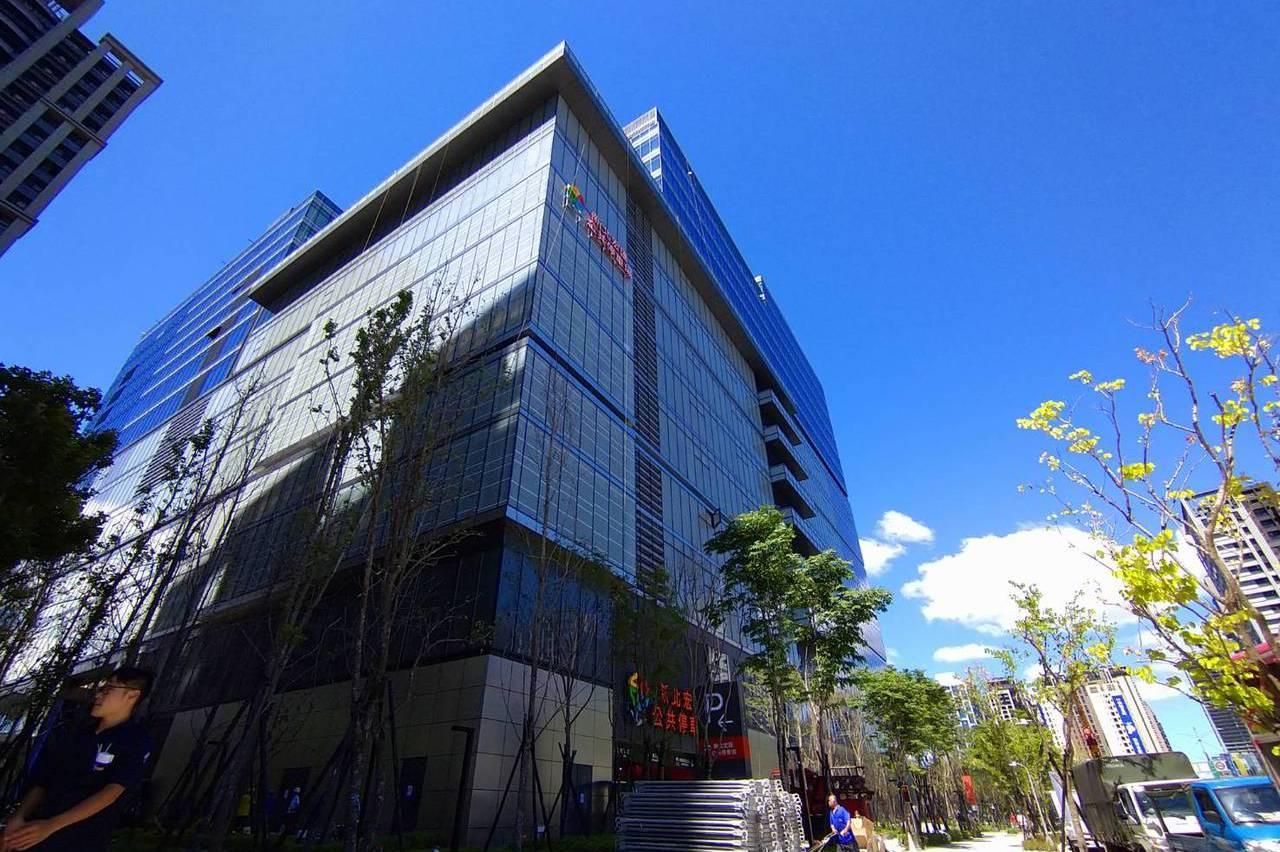 新北最大百貨來了 3.1萬坪宏匯廣場31日起試營運