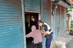 98歲老婦人市區散步暈倒撞傷 苗警助返家