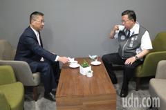 徐國勇參訪桃園首座社宅 跟鄭文燦喝咖啡