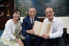 南港國小百歲校友捐百萬 98歲還赴日恩師墓前上香