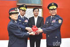 高雄新卸任警官交接 陳其邁勉勵「接地氣」