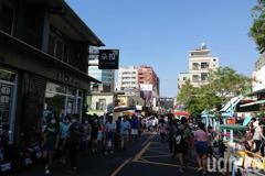 台南連假首日安平人潮多 遊客:民營停車場收費太貴