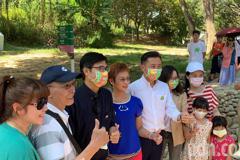 陳其邁逛新竹動物園 竟遇大批熱情高雄鄉親爭著合照