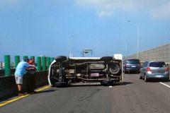 連假首日高雄台88高架橋轎車失控翻車 國道車流也受阻