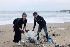 藝起發光號召60位藝人 海邊淨灘做公益