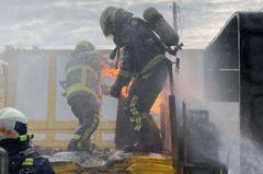 好英勇!標線車陷火海 2消防員扛走冒火瓦斯桶