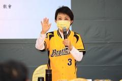 中職/挺兄弟 盧秀燕穿黃衫球衣出席市政會議